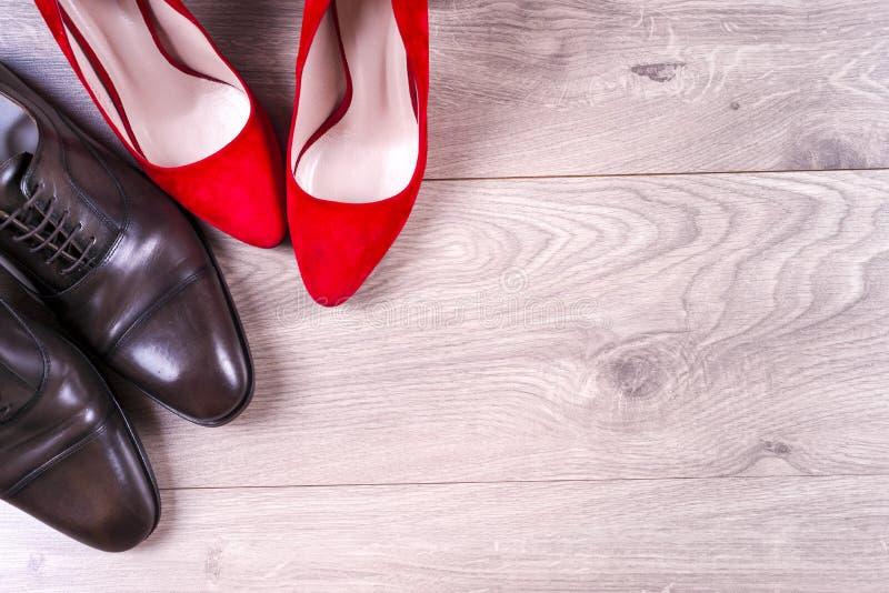 ` S d'hommes et chaussures des femmes rouges de talon haut sur le fond blanc photos stock