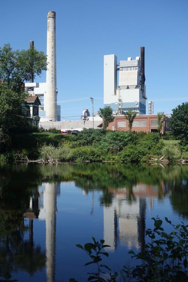 S D Waren Paper Mill, alias Sappi, reflektiert im Presumpscot-Fluss stockbilder