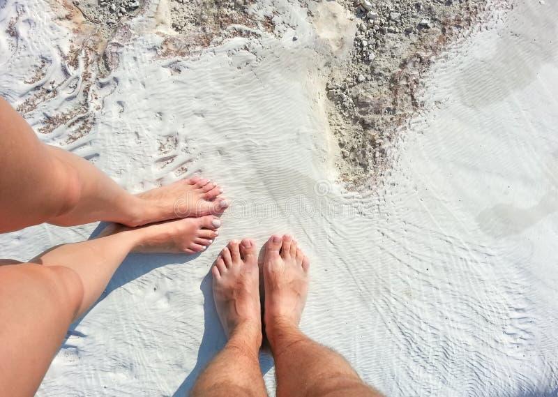 ` S de femmes et jambes du ` s d'hommes sur la surface minérale blanche des piscines de travertin et des terrasses naturelles, Pa images libres de droits