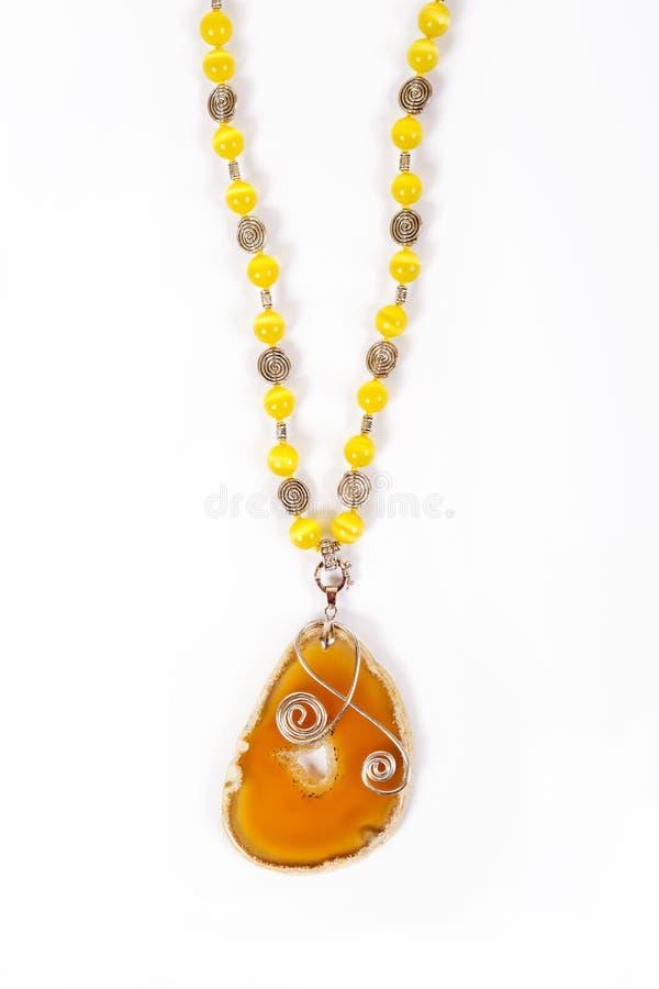 ` S de femmes un collier en cuir avec une pierre d'agate photos stock