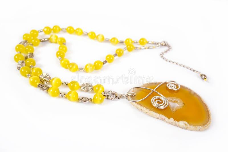 ` S de femmes un collier en cuir avec une pierre d'agate images stock