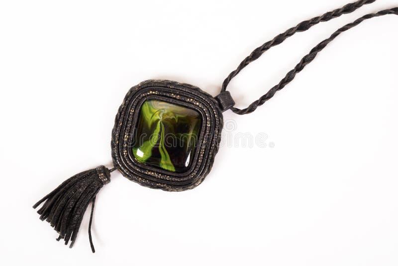 ` S de femmes un collier en cuir avec une pierre verte images libres de droits
