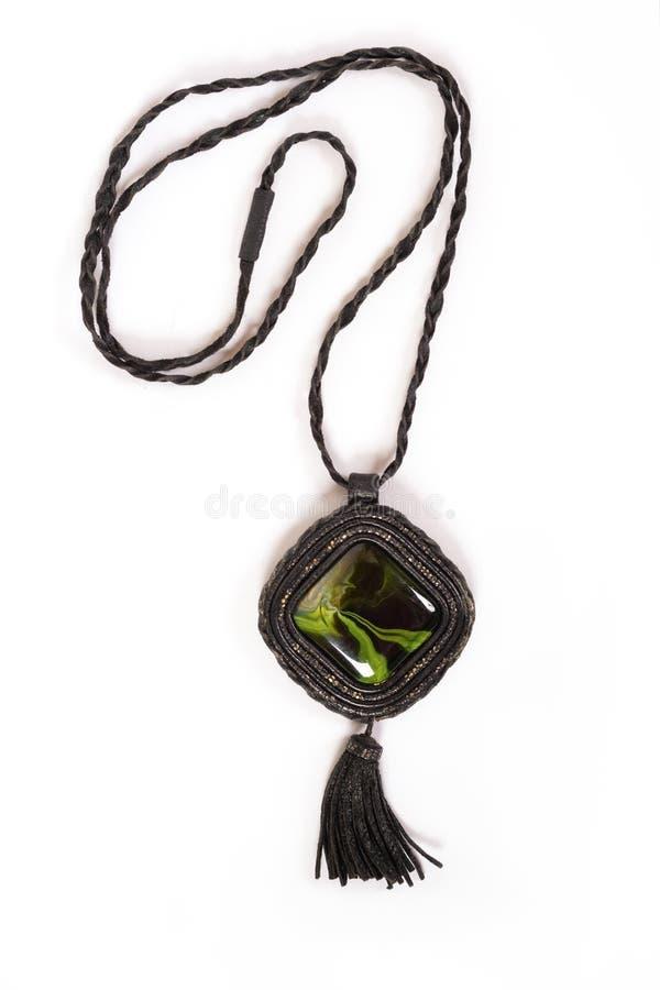 ` S de femmes un collier en cuir avec une pierre verte photographie stock