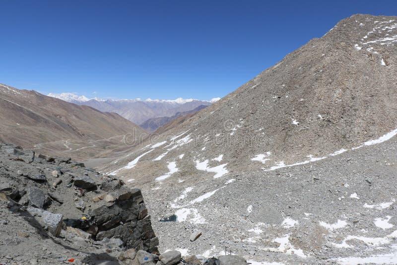 ` S de la India más mortal, caminos muy peligrosos y aventureros de los caminos fotografía de archivo