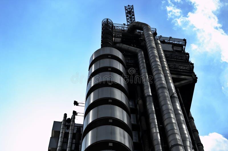` S de Lloyd de Londres et de ciel bleu photos libres de droits