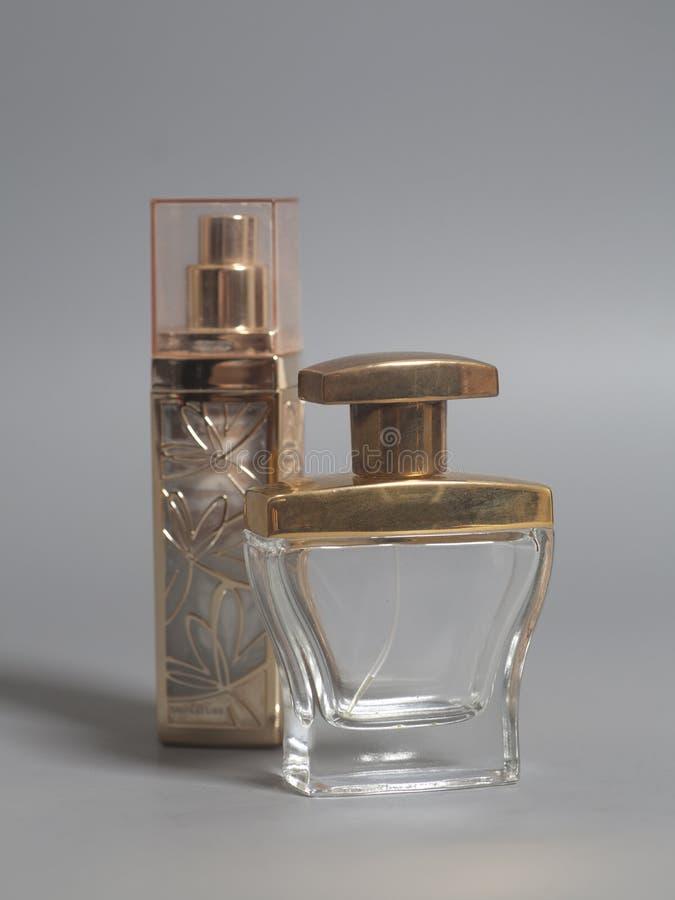 ` S de los hombres y perfume de la mujer en botellas fotos de archivo