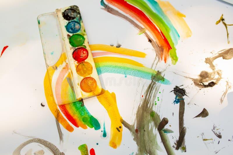 ` S dei bambini che assorbe i colori variopinti Vista vicina e superiore Spettacolo del ` s dei bambini, svago della famiglia fotografia stock