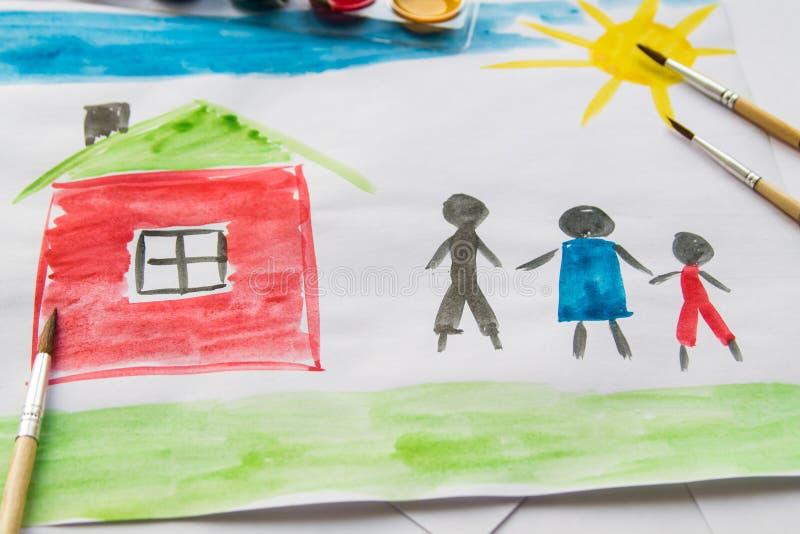 ` S dei bambini che disegna circa la famiglia fotografie stock libere da diritti