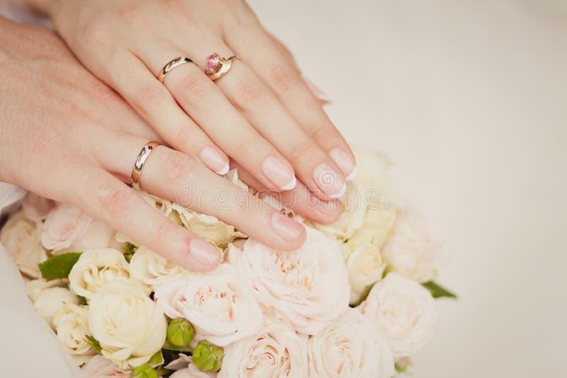 ` S della sposa e mani del ` s dello sposo immagini stock libere da diritti