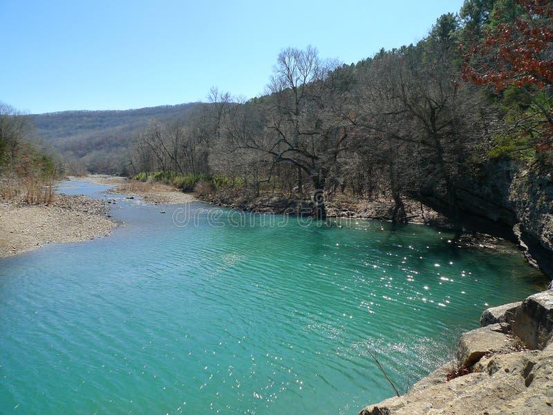 ` S Den State Park de diable, eau bleue de l'Arkansas et montagnes photo stock