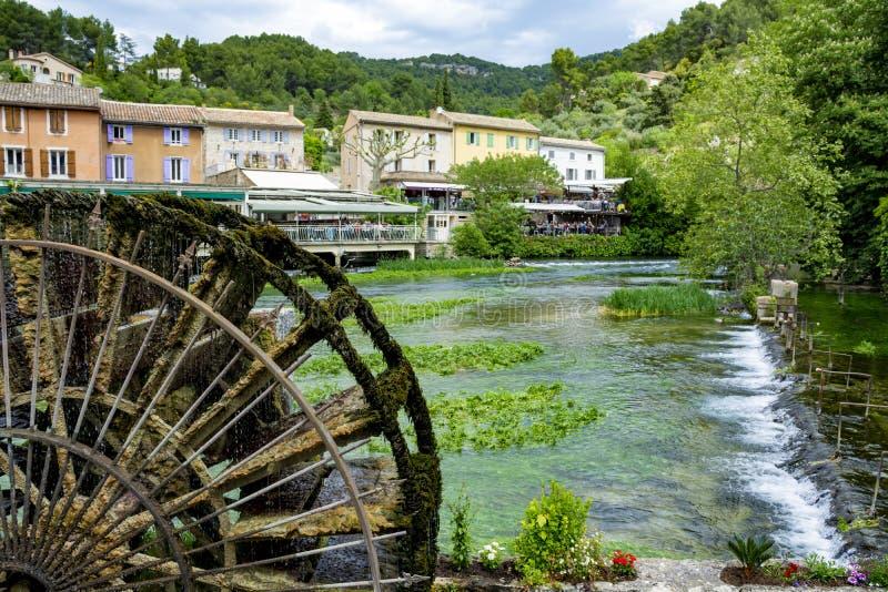 S?der av Frankrike, sikt p? den lilla Provencal staden av poeten Petrarch Fontaine-de-vaucluse med vatten f?r smaragdgr?splan av  royaltyfri fotografi