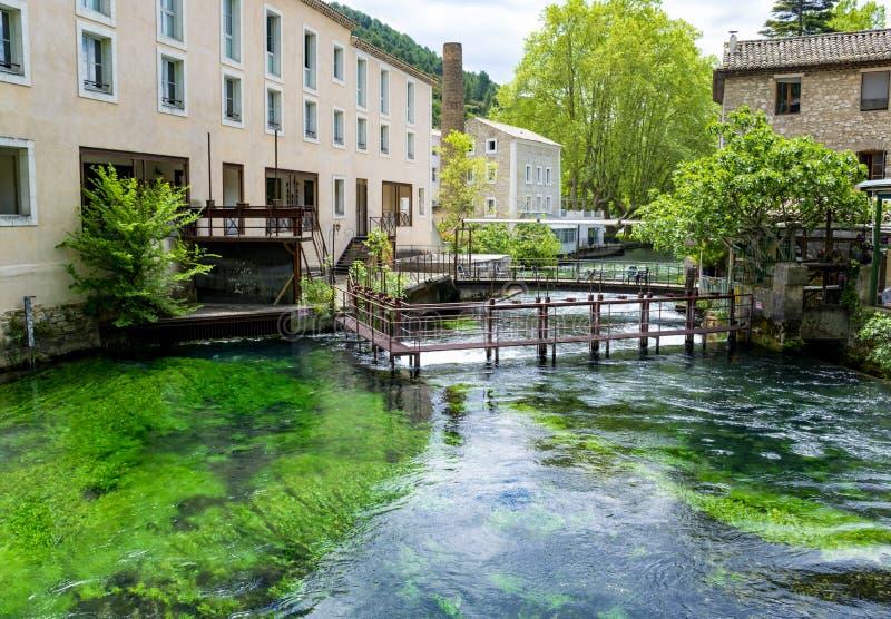 S?der av Frankrike, sikt p? den lilla Provencal staden av poeten Petrarch Fontaine-de-vaucluse med vatten f?r smaragdgr?splan av  royaltyfria foton