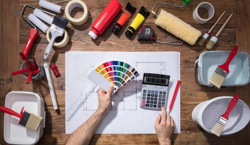 ` S do arquiteto usando a amostra de folha e a calculadora do guia da cor imagem de stock royalty free