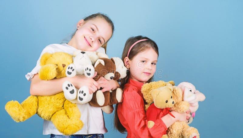 S??e Kindheit Kindheitskonzept Weichheit und Weichheit W?schereiweichmachungsmittel Liebe und Freundschaft Kinderentz?ckendes net stockfoto