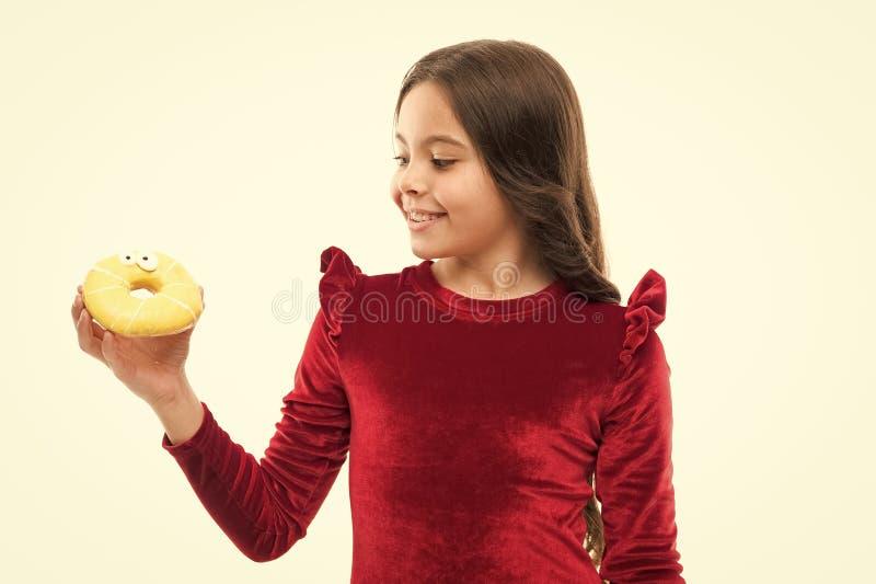 S??e Obsession Gl?ckliche Kindheit und s??e Festlichkeiten Brechen des Di?tkonzeptes Wei?er Hintergrund des s??en Donuts des M?dc stockbilder