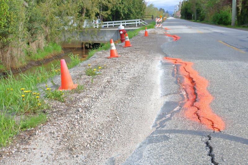 S'effondrer rural à deux voies de route photos libres de droits