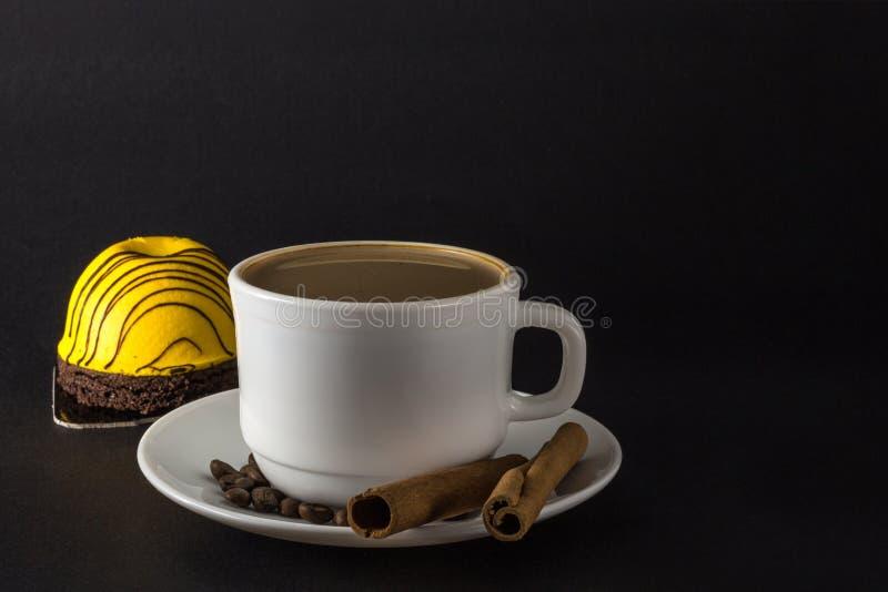 S??er Kuchen der Mango Wei?es Cup hei?er Kaffee lizenzfreies stockbild