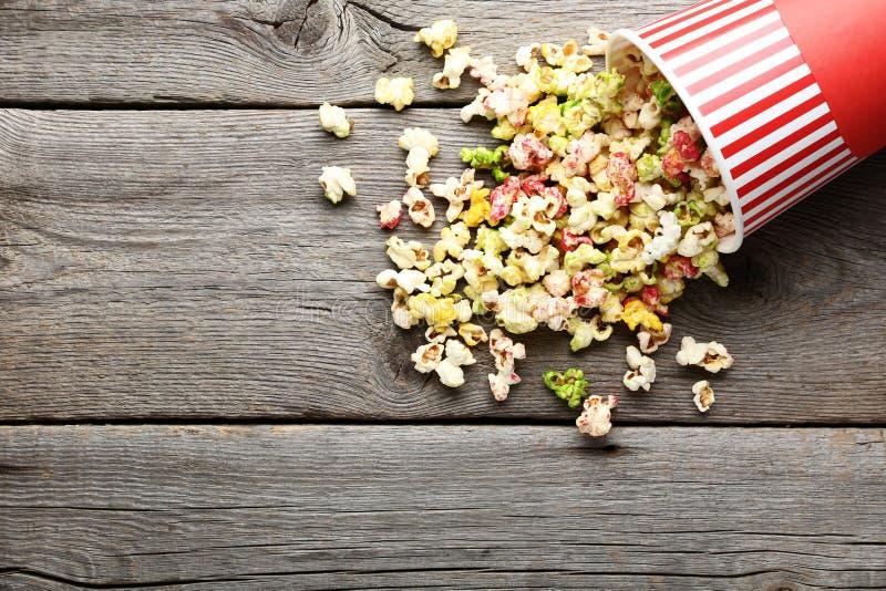 Süßes Popcorn im Eimer stockbild