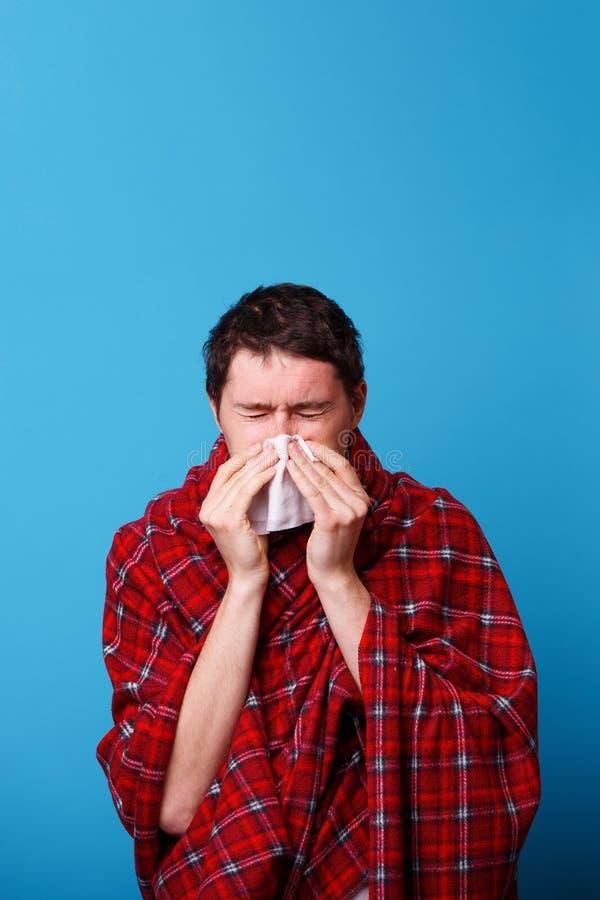 A s'est envelopp? chez un homme malade couvrant souffle son nez dans le mouchoir blanc images libres de droits