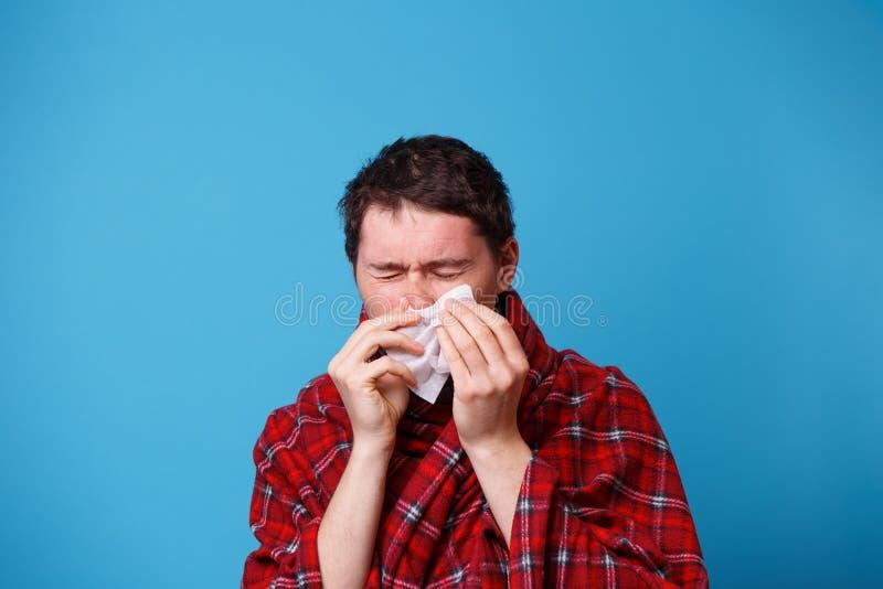 A s'est envelopp? chez un homme malade couvrant souffle son nez dans le mouchoir blanc photos libres de droits