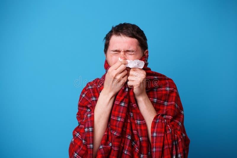 A s'est envelopp? chez un homme malade couvrant souffle son nez dans le mouchoir blanc image libre de droits