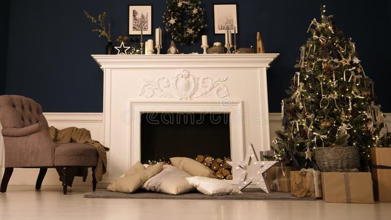 ` S Eve del Año Nuevo Feliz Año Nuevo y la Navidad Un cuarto acogedor con la chimenea, hay un árbol de navidad adornado con los j imagen de archivo