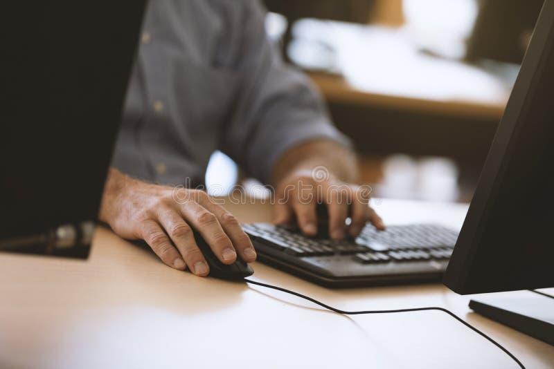 ` S för affärsmannen räcker att skriva bort på datortangentbordet arkivbilder