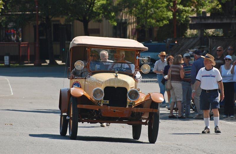 1920's Ford modela T krajoznawczy samochód na paradzie zdjęcia stock