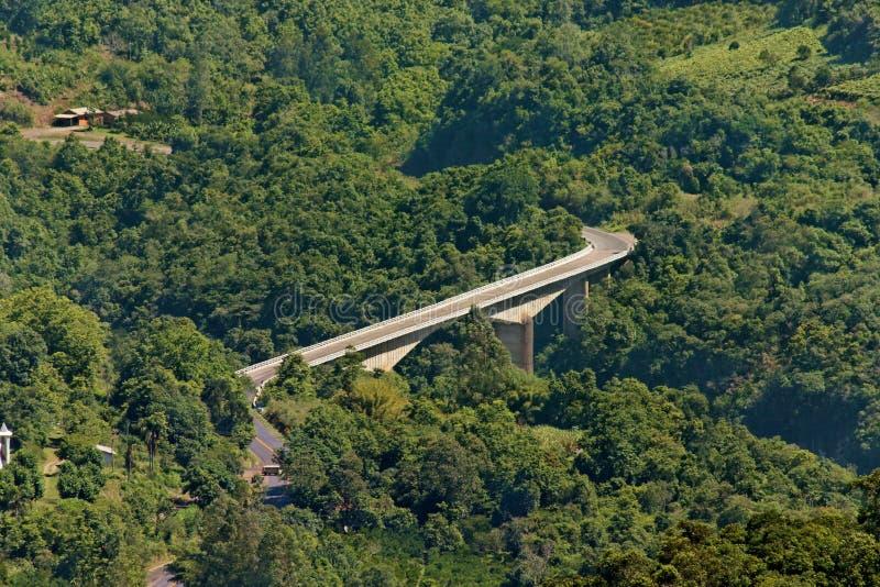 S-Form-Brücke im Holz stockbilder