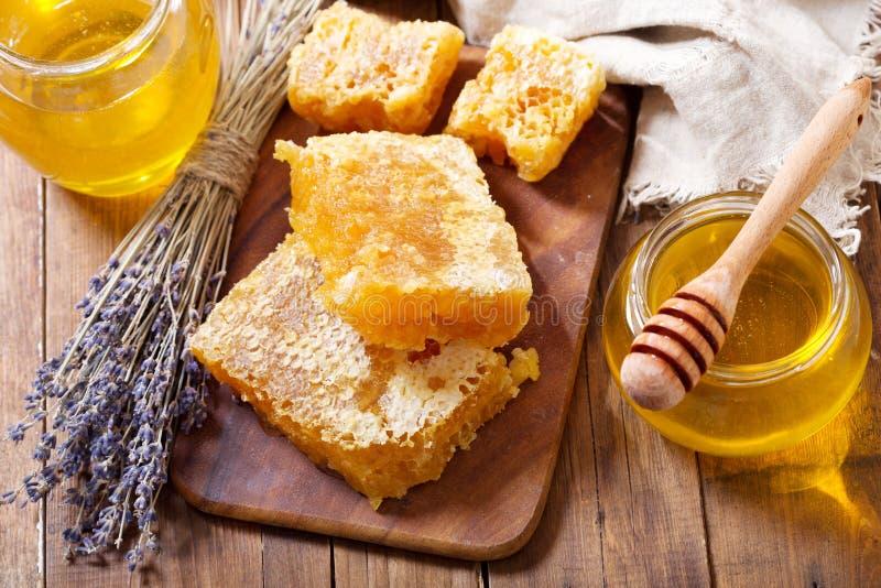 S??j lawendowy mi?d z honeycombs na drewnianym stole zdjęcie royalty free