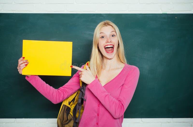 S?ka efter volont?rer H?gstadiumutbildning formell utbildning F?rb?ttra sig till och med utbildning Lyckligt flickainnehav arkivbild