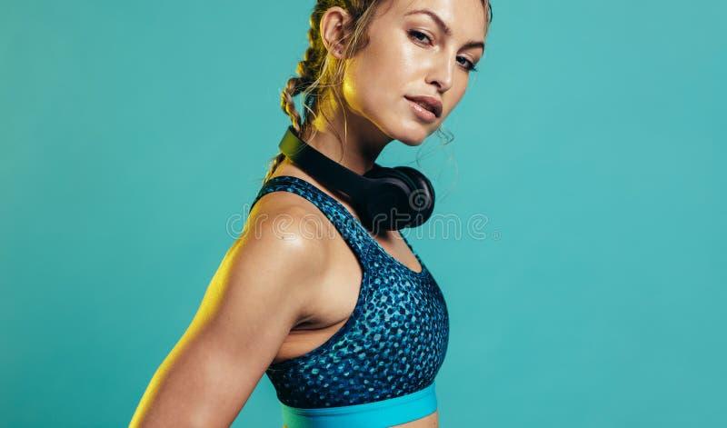 S?ker kvinna i sportswear royaltyfri bild