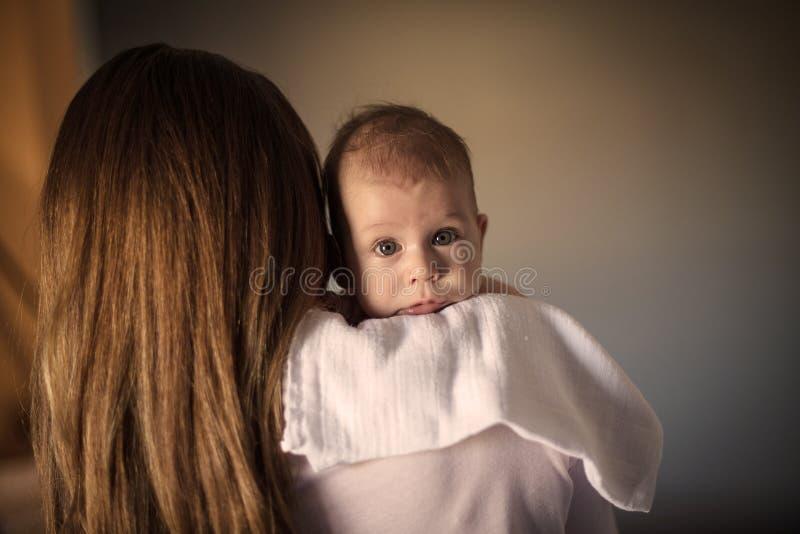 S?kerhet av moders skuldra royaltyfri fotografi