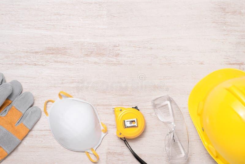 S?kerhet f?r konstruktionsplats Skyddande h?rd hatt, handskar, exponeringsglas och maskeringar royaltyfria bilder