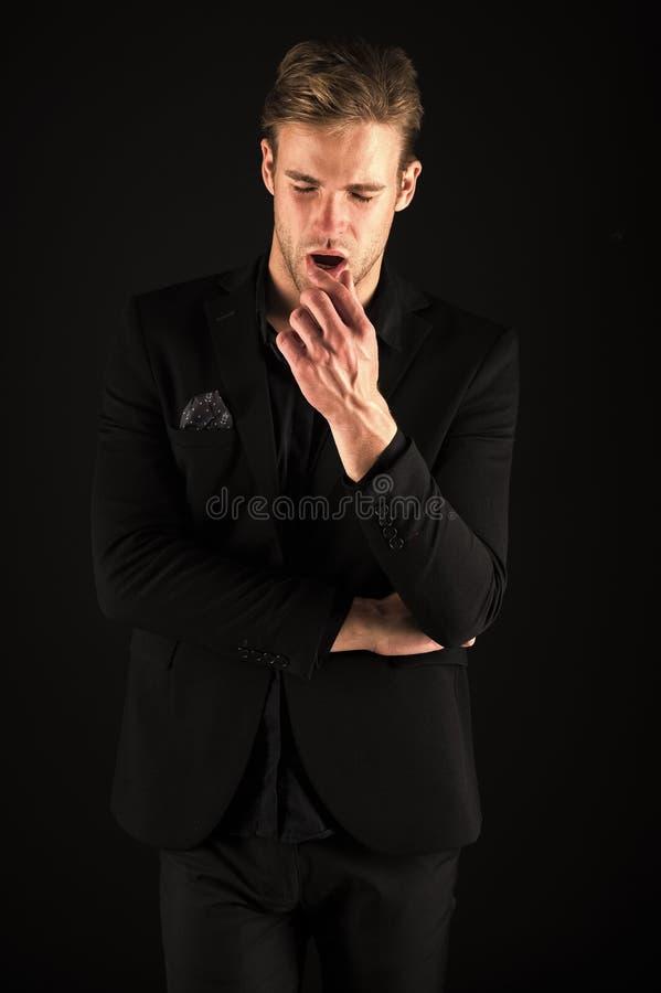 S?kert i hans stil Man i m?rk kl?der Tillf?lligt stiligt Ansade den stiliga brunnen f?r mannen macho p? svart bakgrund arkivbilder