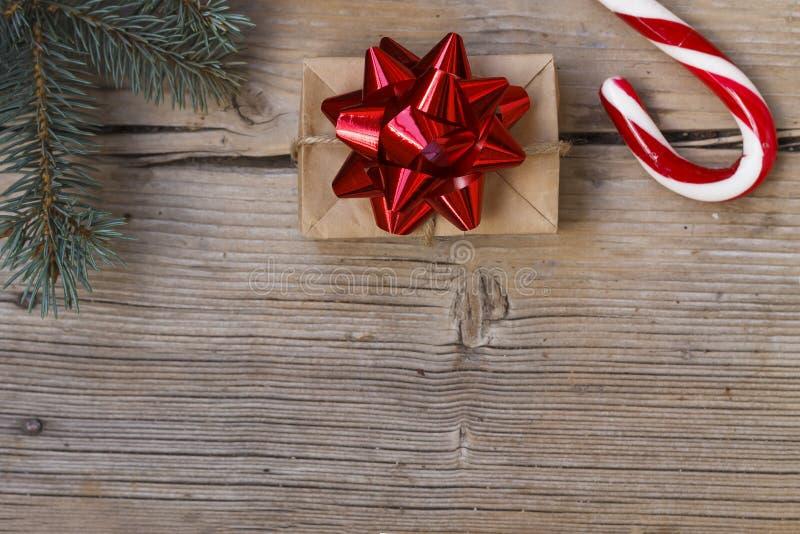 ` S, la Navidad, hecha en casa, caja de regalo, bastones de caramelo, espacio de la copia, visión superior del Año Nuevo imágenes de archivo libres de regalías