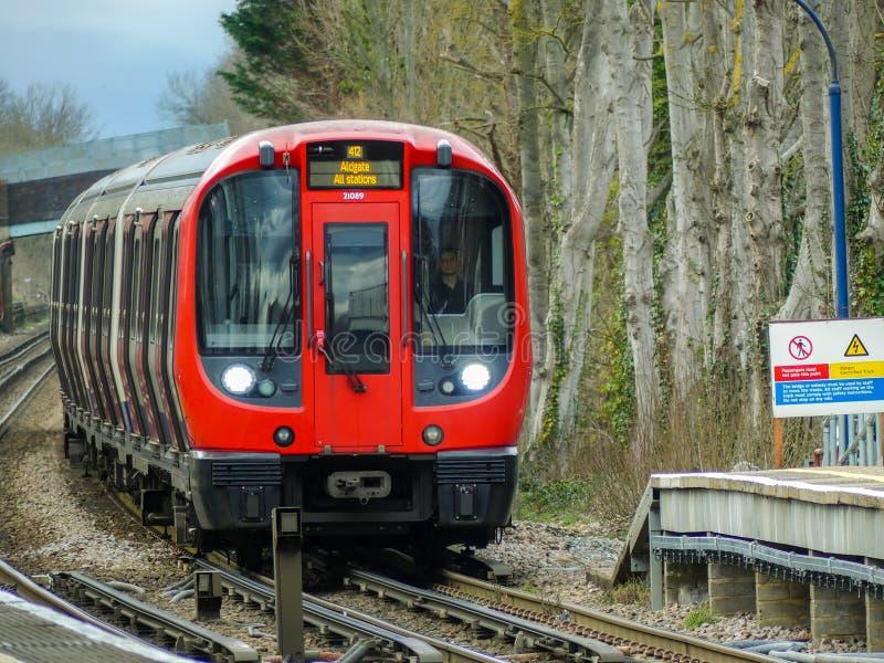 S8 lagerför London det underjordiska drevet som ankommer på den Chorleywood stationen på den storstads- linjen royaltyfria foton