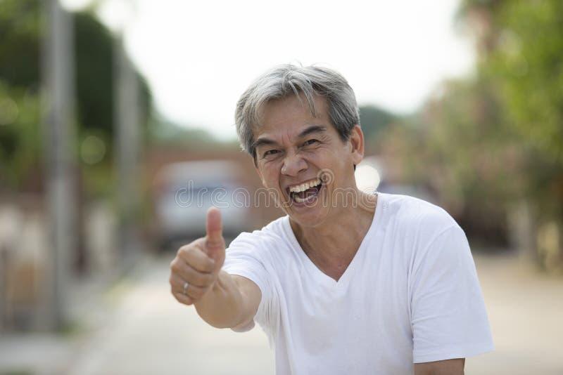 50s lat mężczyzny ręki azjatykciego znaka zdrowie silny wyrażenie zdjęcie royalty free