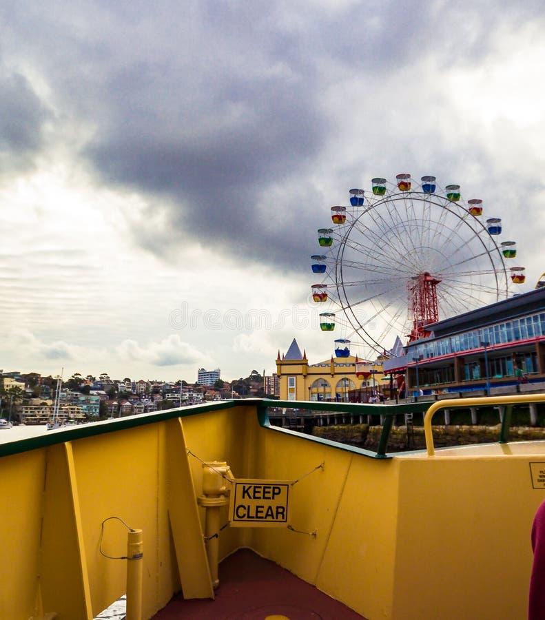 ` S Luna Park di Sydney e orizzonte visto dal traghetto fotografia stock
