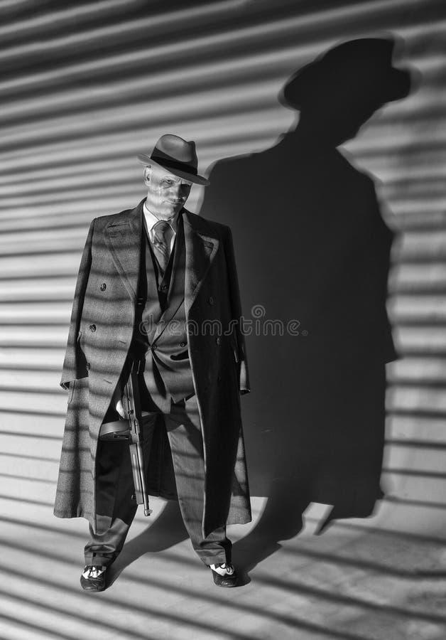 1940s męski gangster trzyma maszynowego pistolet obraz royalty free