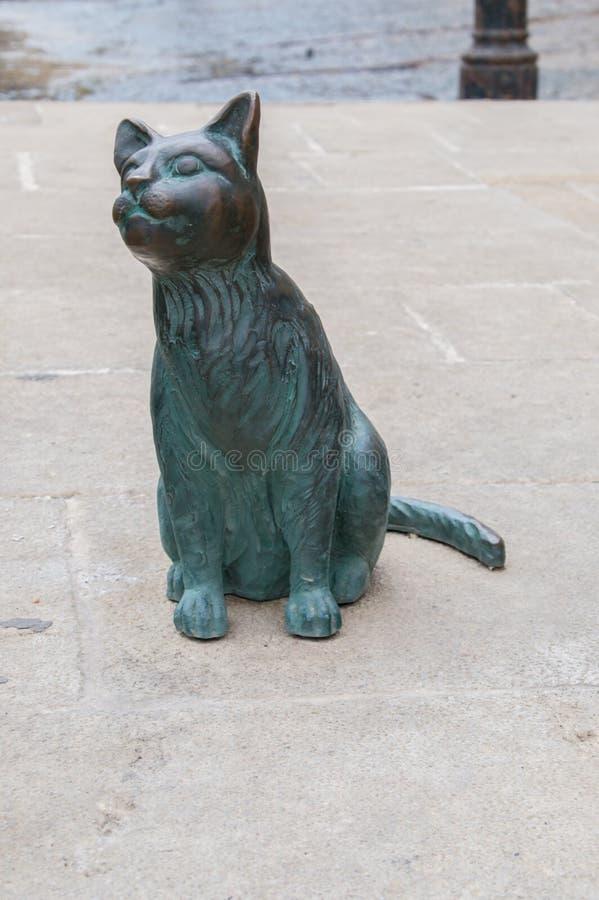 ` S, Malta della st Julian - 14 maggio 2017: Il primo piano per il gatto alla statua del gatto e del pescatore a Spinola abbaia fotografia stock libera da diritti