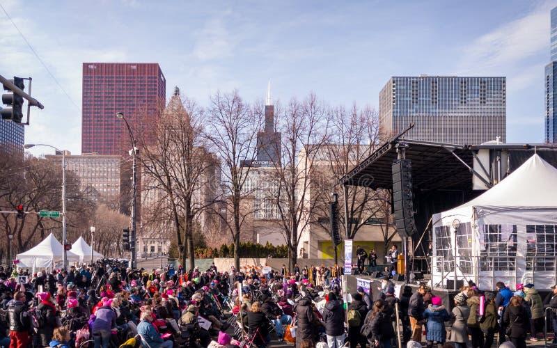 ` S março Chicago das mulheres A fase, a multidão e a skyline imagem de stock royalty free