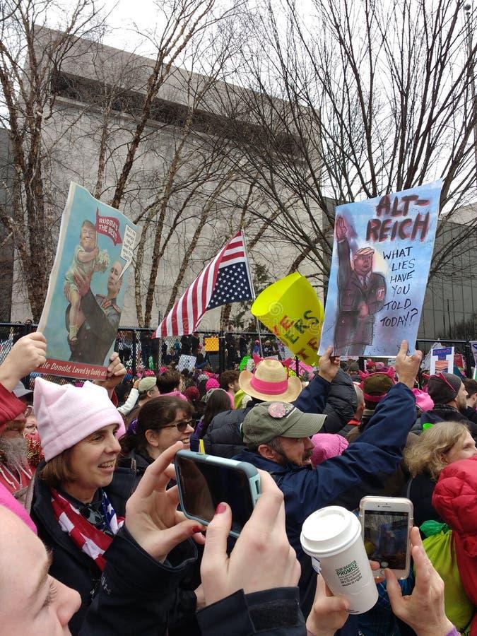 ` S março, Donald Trump e Vladimir Putin Nazi Style Posters das mulheres, Washington, C.C., EUA fotografia de stock