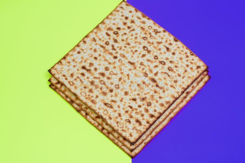 S?mbolo da celebra??o de Pesach do Matzah no fundo festivo brilhante imagens de stock
