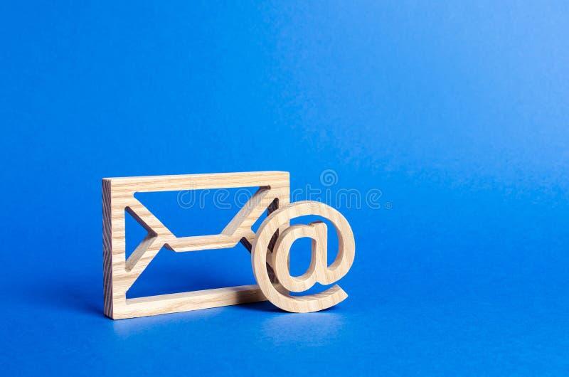 S?mbolo do envelope e do email em um fundo azul Endere?o email do conceito Tecnologias e contatos do Internet para uma comunica?? fotos de stock royalty free