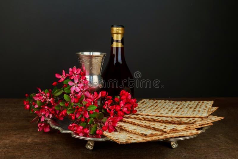 S?mbolos de la pascua jud?a de Pesach del gran d?a de fiesta jud?o matzoh tradicional foto de archivo