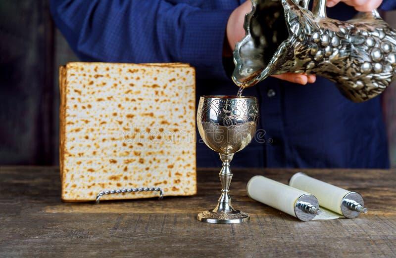 S?mbolos de la pascua jud?a de Pesach del gran d?a de fiesta jud?o Placa tradicional del matzoh foto de archivo libre de regalías