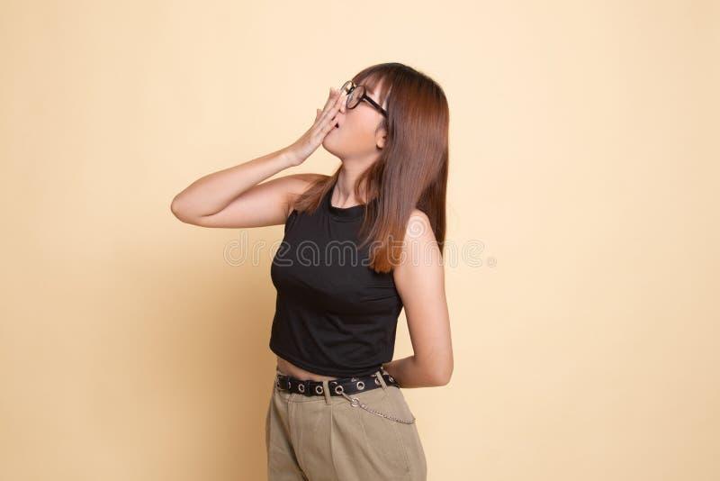 S?mnig ung asiatisk kvinnag?spning arkivbilder