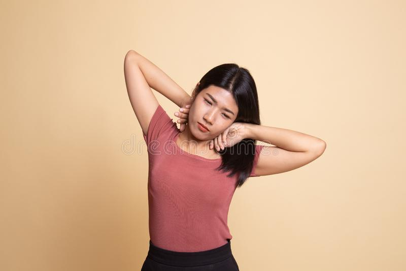 S?mnig ung asiatisk kvinnag?spning fotografering för bildbyråer