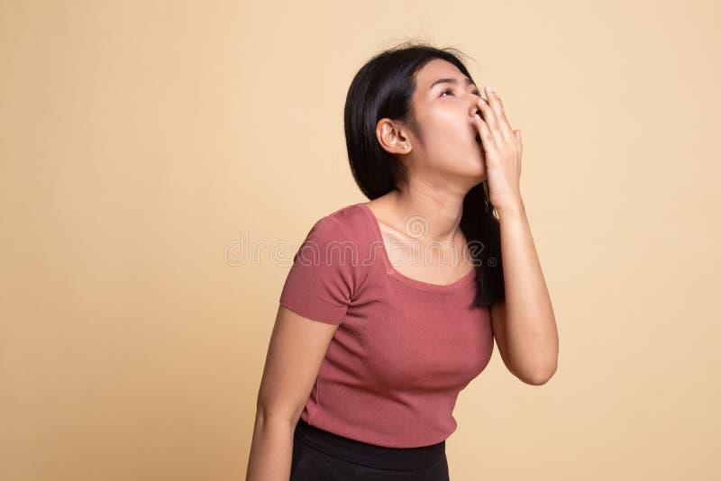 S?mnig ung asiatisk kvinnag?spning arkivfoton
